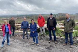 Poltiker/innen der SPD mit Vertretern der lokalen Waldwirtschaftr